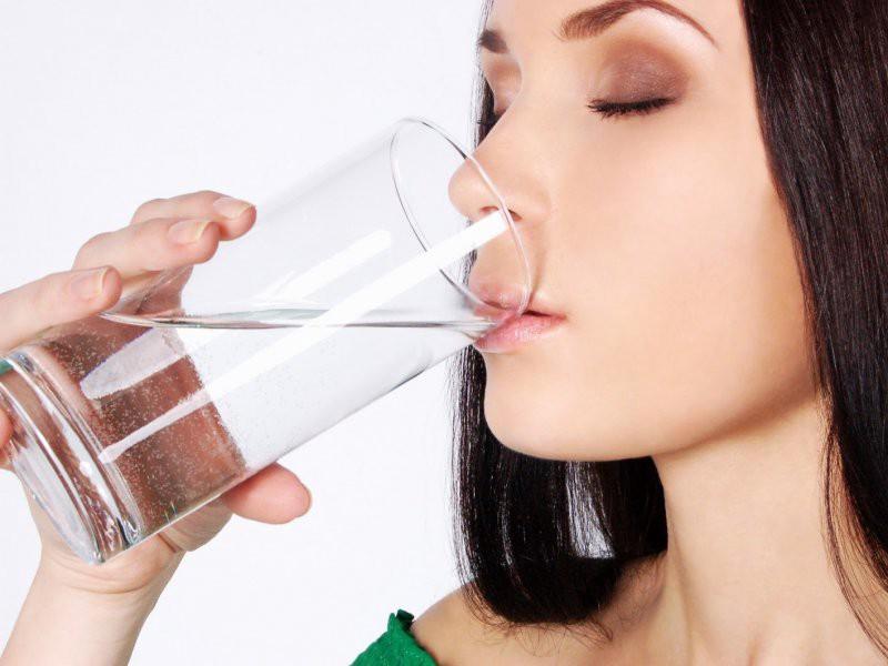 Uống nước là 1 trong những cách giúp phụ nữ luôn tạo được nhiều chất nhờn khi quan hệ