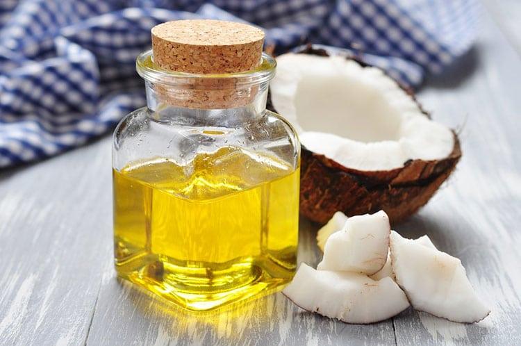 Dùng dầu dừa làm gel bôi trơn tại nhà.