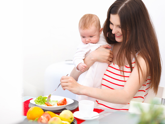 Phụ nữ sau sinh nên ăn gì để sức khỏe có thể nhanh chóng được phục hồi và lợi sữa cho con?
