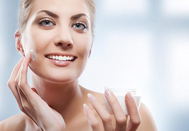 Sử dụng sữa dưỡng ẩm để cung cấp độ ẩm cho da