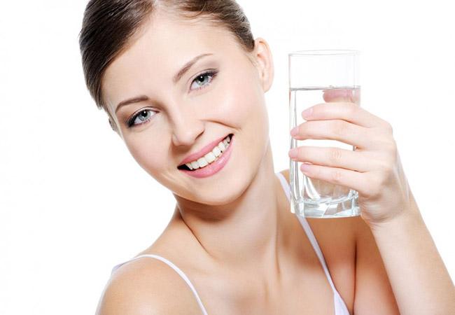 Uống nước giúp da tươi trẻ hơn