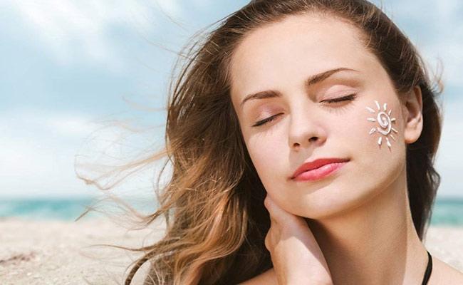 Thoa kem chống nắng thường xuyên để có làn da khỏe mạnh, rạng ngời